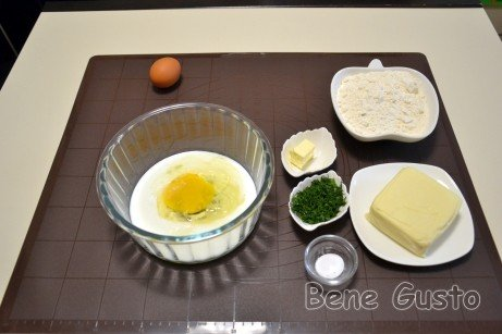 Закладываем в миску кефир, яйцо, соль, сахар и растительное масло. Хорошо перемешиваем.