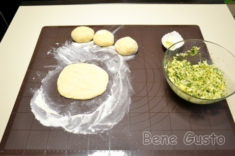 Тесто делим на четыре части и раскатываем скалкой в круглую лепешку.
