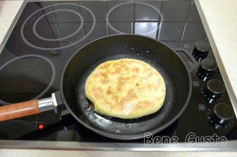 Обжариваем на сухой сковороде по 5-7 минут с каждой стороны.