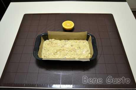 Додаємо сік половини лимона та бананове пюре, сухі інгредієнти та замішуємо тісто. Випікаємо 40-45 хвилин при температурі 180°C.