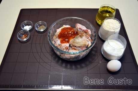У миску з крильцями додаємо чорний мелений перець, мелений перець чилі, яблучний оцет, молоко та гострий соус або кетчуп. Добре все перемішуємо.