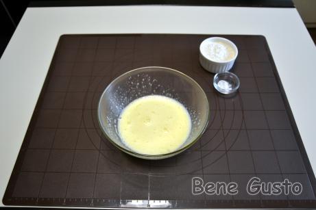 В миску вбиваем яйца, добавляем сахарный песок и ванильный сахар, хорошо перетираем венчиком или миксером.