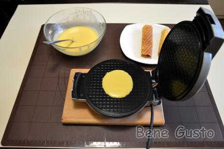 Вафельницу хорошо прогреваем. Выливаем на середину поверхности порцию теста.