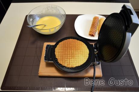 На приготовление одной вафли уходит меньше минуты, ориентируйтесь на цвет, приоткрывая вафельницу.