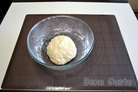 К опаре добавляем растительное масло, соль, сахарный песок и ванильный сахар. Хорошо перемешиваем массу до однородности.