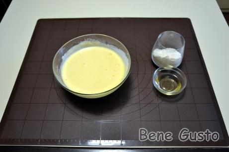 Додаємо кефір і просіюємо залишки борошна та доводимо млинцеве тісто до однорідної консистенції.