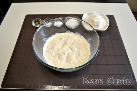 Готовим опару: заливаем свежие дрожжи теплой водой. Затем добавляем муку и хорошо перемешиваем.