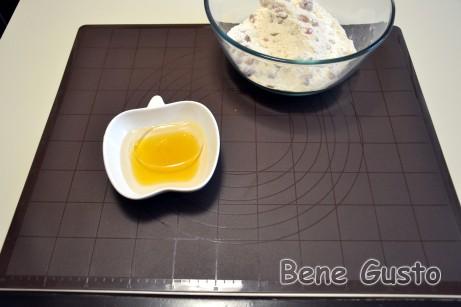 В окремій мисці змішуємо воду, рідкий мед і рафінована рослинна олія.