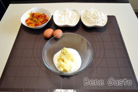У велику миску закладаємо м'яке масло, додаємо цукор, ванільний цукор і дрібку солі.