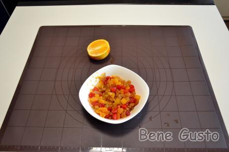 Натираємо на тертці цедру в сухофрукти та видавлюємо сік половини апельсина, перемішуємо та відставляємо настоюватися.