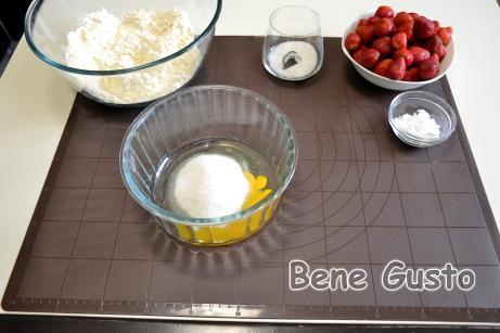 Взбиваем яйцо, щепотка соли, сахар и ванильный сахар до светлой пены.