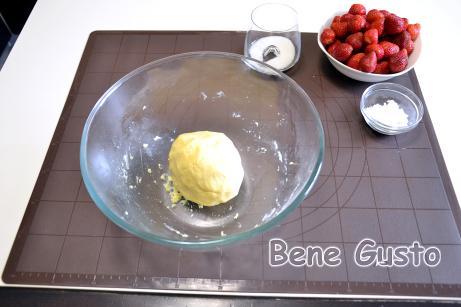 Тесто на тертый пирог: яично-сахарную смесь соединяем с мукой и при помощи лопатки замешиваем тесто.