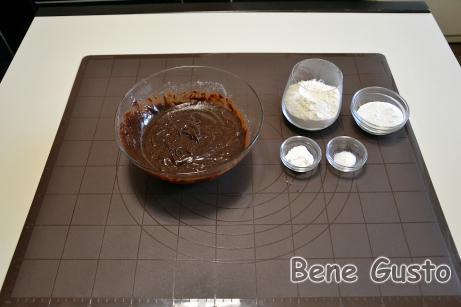 К взбитым яйцам добавляем шоколадную массу и перемешиваем.