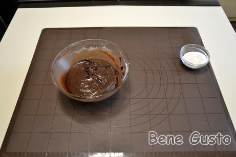 Миску накрываем пленкой и отправляем в морозилку на 30-40 минут.