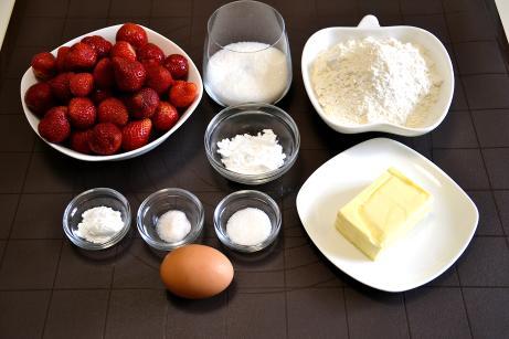 Інгредієнти на тертий пиріг з полуницею