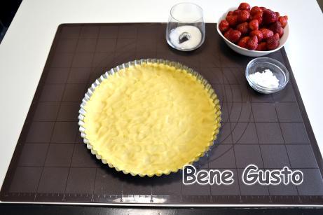 Натираємо приблизно половину тіста, а потім приминає його руками, щоб сформувати нижній корж і бортики.