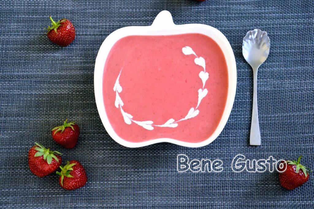 У чашу блендера закладаємо полуницю та інші інгредієнти і все добре перебиваємо