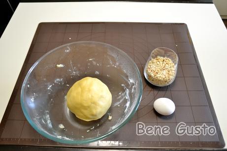 Просіваємо борошно з розпушувачем і додаємо сіль та замішувати тісто на пісочне печиво.