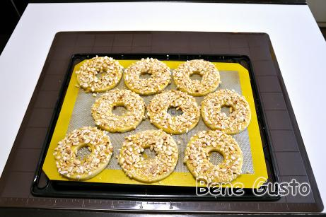 Кольцо из теста сверху смазываем яичным желтком и посыпаем арахисом.