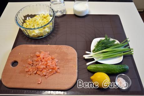 Нарезаем мелкими кубиками отваренные яйца, картофель, свежий огурец, слабосоленую семгу, зеленый лук и укроп.