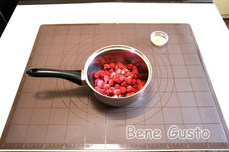 Беремо 250 г свіжої або замороженої малини, додаємо 1 ч.л. цукру