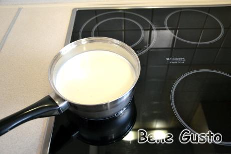 В это время жирные сливки, молоко и сахар закладываем в сотейник и подогреваем массу на медленном огне