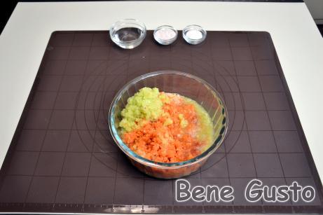 Все перекручиваем на мясорубку. Добавляем соль, сахар и уксус. Хорошо перемешиваем и даем настояться 10 минут.
