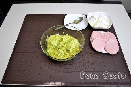 Добавляем натертый на крупной терке сыр и мелко порезанный укроп и кабачок