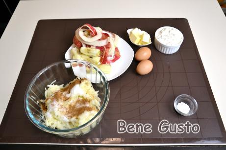 У миску до яблук додаємо дрібку солі, цукровий пісок, ванільний цукор і мелену корицю. Все добре перемішуємо.