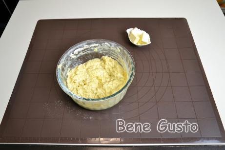 Вбиваємо два яйця і перемішуємо. Просіваємо в миску з яблучною сумішшю борошно і розпушувач. Замішуємо тісто.