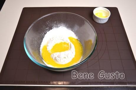 Для приготування тіста змішуємо в мисці 200 г пшеничного борошна, 80 мл теплої води, дрібку солі та 50 мл розтопленого масла.