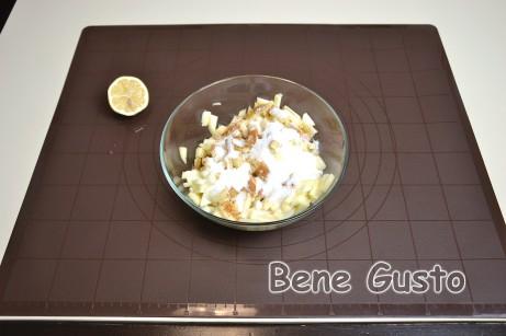 У миску до яблук додаємо цукровий пісок, ванільний цукор, мелену корицю та родзинки.