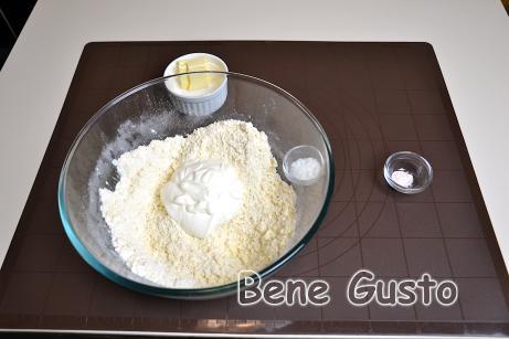 Хорошо перемешиваем все ингредиенты и замешиваем эластичное тесто.