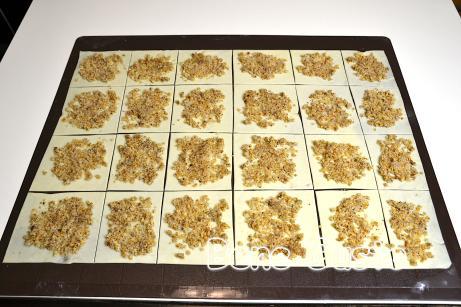 В центр каждого квадрата выкладываем ореховую начинку и равномерно распределяем