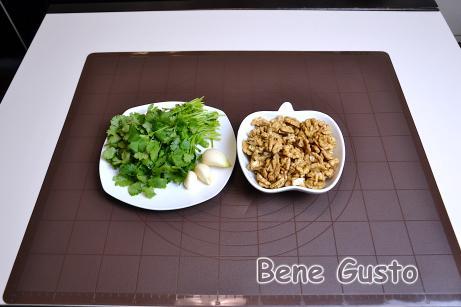 Приготуємо соус баже для сациві. Подрібнюємо горіхи, зелень та часник.