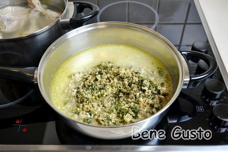 На сковороду відправляємо подрібнені горіхи, кінзу та часник.