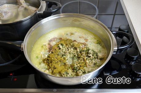 Додаємо хмелі-сунелі, мускатний горіх і яблучний оцет. Солимо та перчимо до смаку.